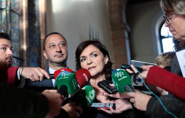 La vicepresidenta del Gobierno, Carmen Calvo, en Sevilla atendiendo a la prensa