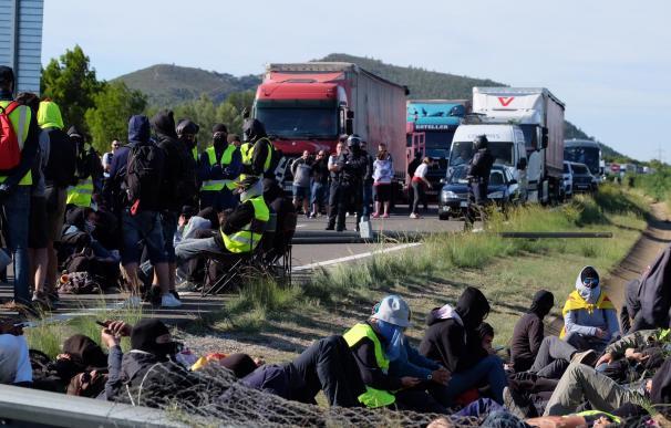 Los CDR cortan la autovía AP-7 cerca de Hospitalet de Infant en la provincia de