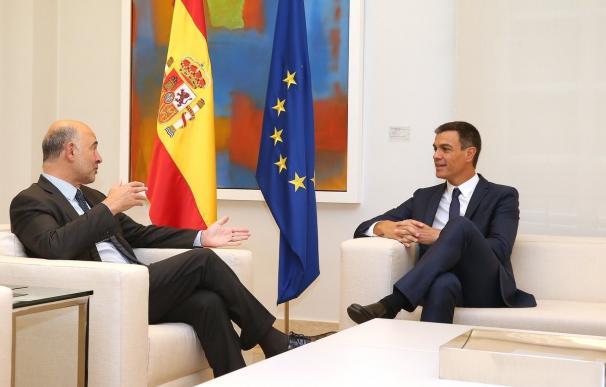 El comisario europeo de Economía, Pierre Moscovici, con Pedro Sánchez