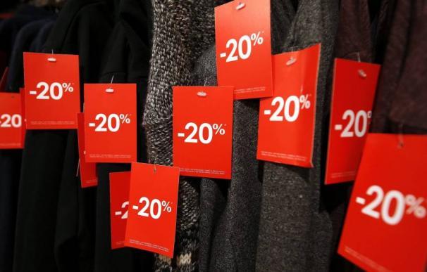 Una tienda expone sus descuentos durante el periodo de rebajas (EFE)