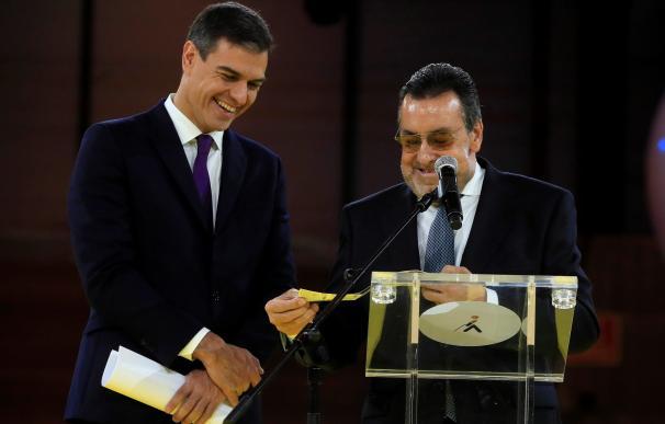 El presidente del Gobierno, Pedro Sánchez (i), junto al presidente de la ONCE, Miguel Carballeda