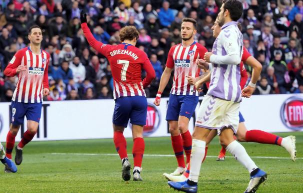 El delantero francés del Atlético de Madrid Antoine Griezmann (i) celebra el segundo gol de su equipo ante el Valladolid durante el partido de liga que se disputa esta tarde en el estadio de Zorrilla, en Valladolid. EFE/R. GARCÍA