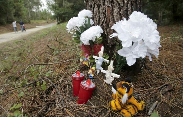 Un improvisado altar de juguetes y flores recuerda a Asunta donde fue hallada