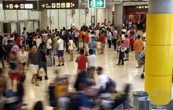 Viajeros en la zona de llegadas de la T4, en el aeropuerto Adolfo Suárez Madrid-Barajas. EFE