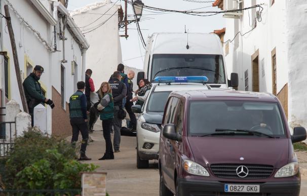 La Guardia Civil se traslada a la calle donde vivía Laura Luelmo en El Campillo