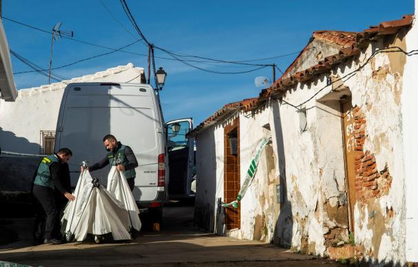 Agentes de la Guardia Civil continúan con el registro de la casa de Bernardo Montoya