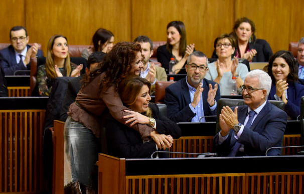 Fotografía María Jesús Montero abraza a Susana Díaz / Parlamento de Andalucía