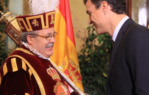Pedro Sánchez saluda a un ujier en el Congreso