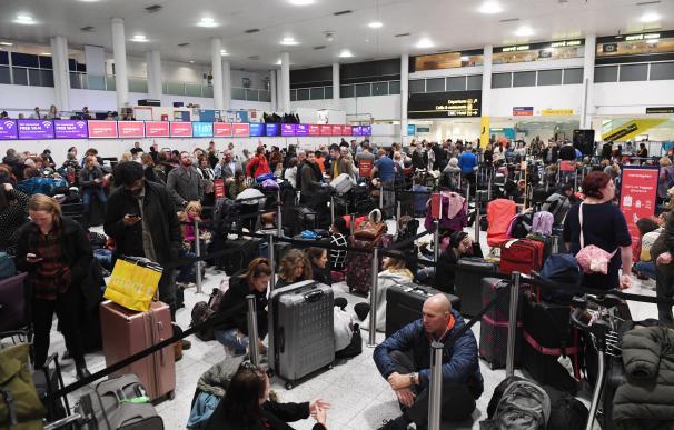 Una multitud de viajeros esperan en el aeropuerto de Gatwick en Londres (Reino Unido)