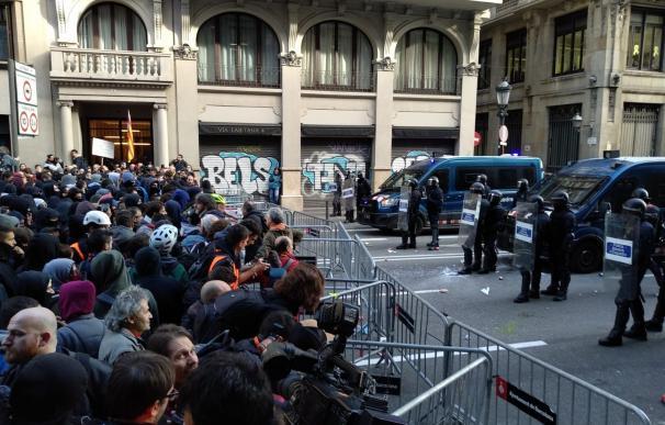 Manifestantes contra el Consejo de Ministros en Via Laietana
