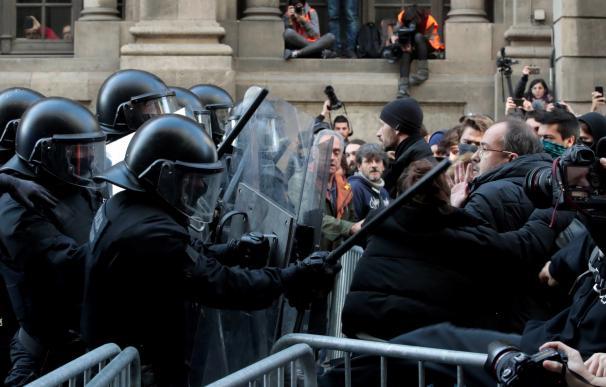 Mossos d´Esquadra frente a simpatizantes independentistas, que protestan en las inmediaciones de la Llotja de Mar de Barcelona