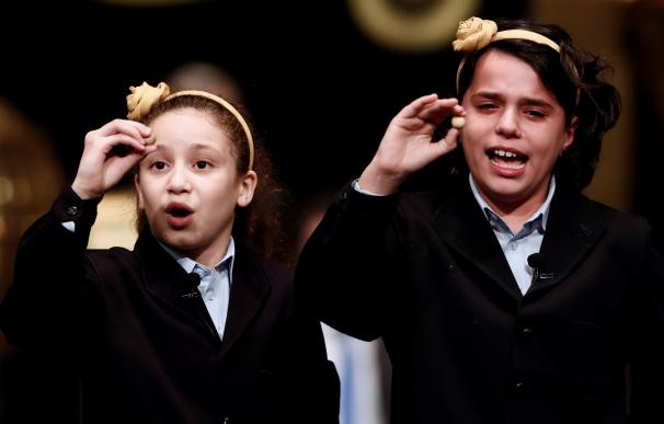 Aya y Carla canta el Gordo de la Lotería de Navidad 2018