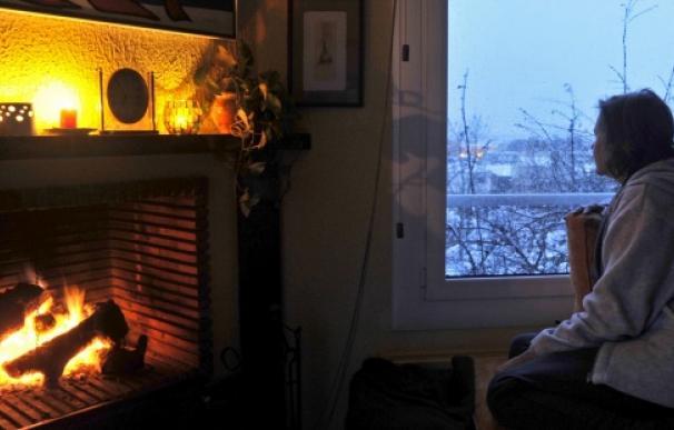 Vista de un hogar durante un temporal de nieve en Girona. EFE/Robin Townsend