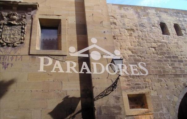Logotipo de Paradores nacionales en el Parador de Santo Domingo de la Calzada (La Rioja). EFE/Archivo