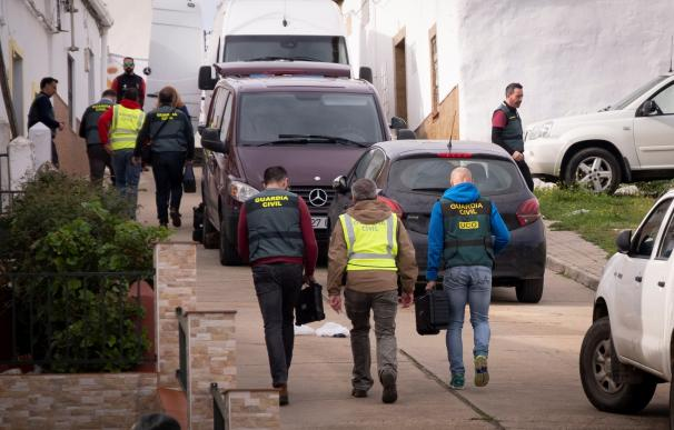 Efectivos de la UCO Guardia Civil se dirigen a una vivienda en la calle Córdoba de El Campillo (Huelva)