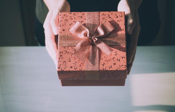 Es bonito recibir regalos, pero mejor aún poder devolverlos. / Pexels