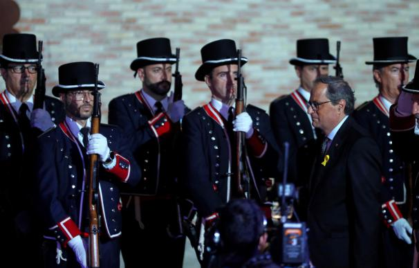 El presidente de la Generalitat Quim Torra (2d) pasa revista a la guardia de honor del cuerpo de los Mossos d'Esquadra en el Born Centre Cultura
