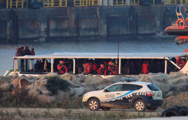El Open Arms llega a puerto en la Bahía de Algeciras con más de 300 inmigrantes.
