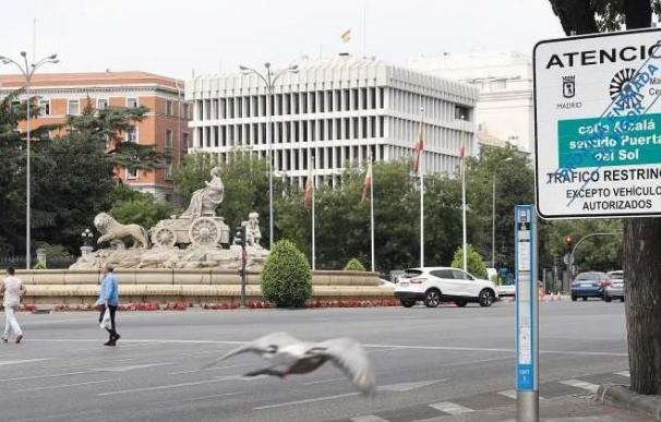 Vista de una señal vertical situada en la Plaza de Cibeles de Madrid. EFE/J.P.Gandul