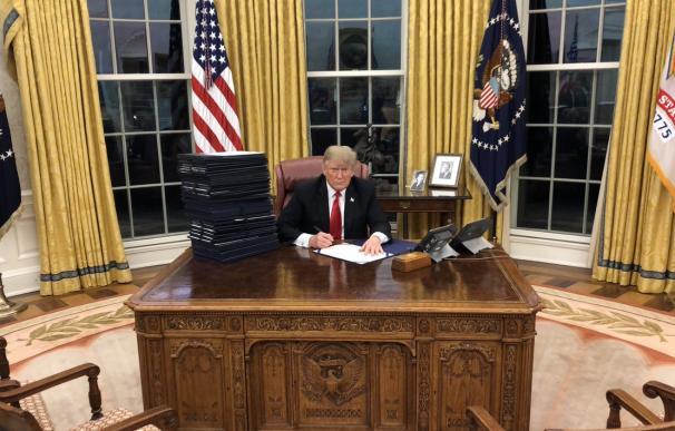 """""""Algunos de los muchos proyectos de ley que estoy firmando en la Oficina oval en este momento"""", escribía el presidente Trump en Twitter junto a esta imagen"""