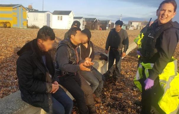 Una mujer que paseaba a su perro fue testigo de la llegada del bote (Foto vía @Kent_Online).