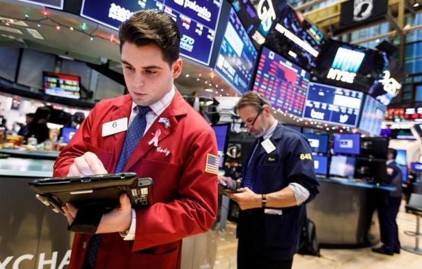 Corredores de bolsa trabajan en la Bolsa de Nueva York. EFE/Archivo