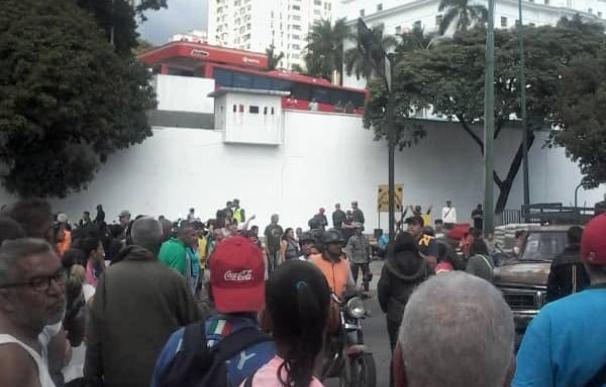 Vecinos de Catia se acercan a Miraflores para exigir respuestas por su pernil que no les llega