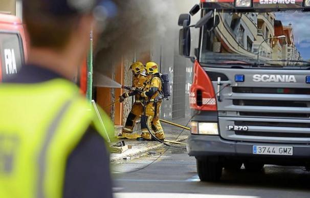 Bomberos trabajan en la extinción de un fuego