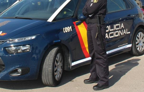 Agente y coche de policía