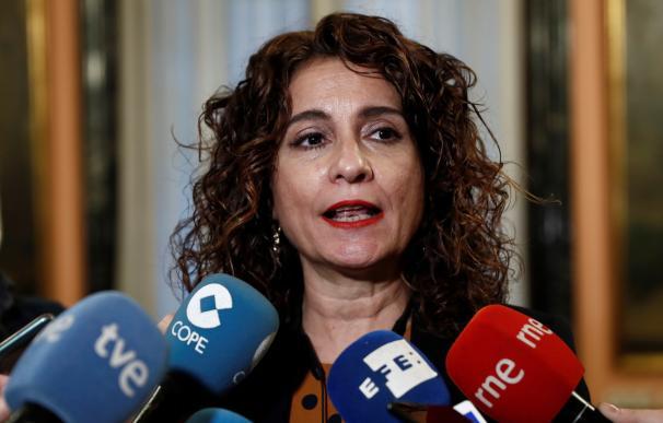 María Jesús Montero atiende a los medios en el Ministerio de Hacienda.