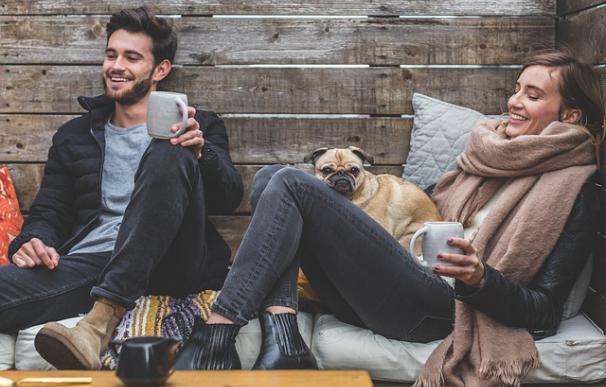 Fotografía de una pareja junto a su perro.