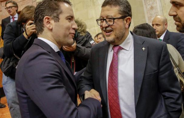 El secretario de organización el PP, Teodoro García Egea (i), y el juez en excedencia Francisco Serrano, cabeza de lista de Vox