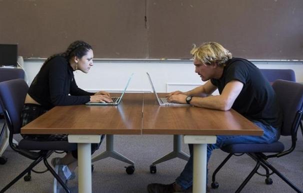 El cuello soporta hasta 20 kg cuando se inclina la cabeza para mirar de cerca el ordenador, según estudio