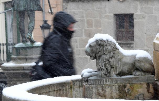 Un hombre camina por las calles de Segovia que hoy se ha despertado cubierta por la nieve. EFE/Pablo Martín
