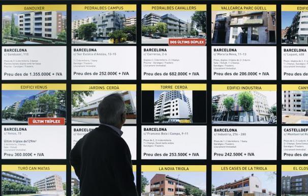 Varias ofertas de pisos en la luna de una inmobiliaria (EFE)
