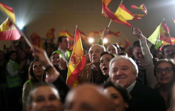 Militantes y simpatizantes de Vox celebran los resultados en las elecciones andaluzas en un hotel de Sevilla. EFE/Rafa Alcaide