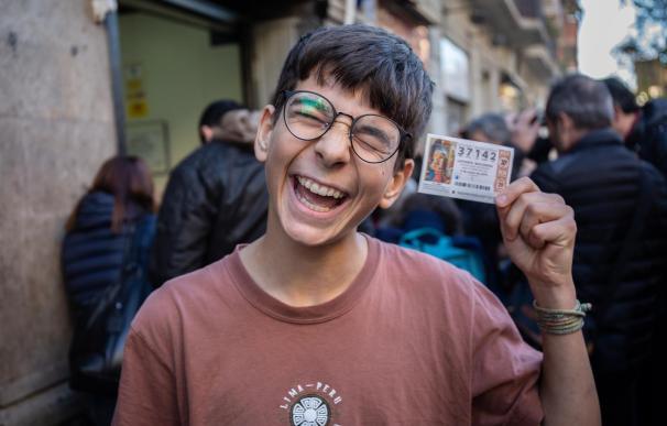Cosmin Rotariu feliz con su décimo del 37142
