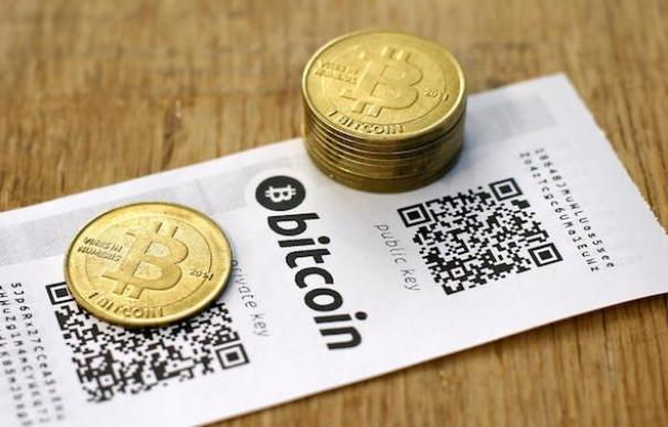 Monedas bitcoin, las criptomonedas más famosa, sobre una mesa / EFE
