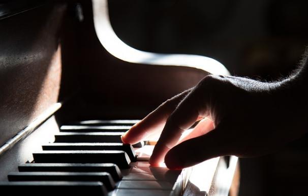 Fotografía de una persona tocando el piano.