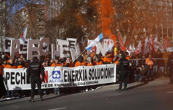 Concentración en Madrid de los trabajadores de Alcoa para exigir al Gobierno qu