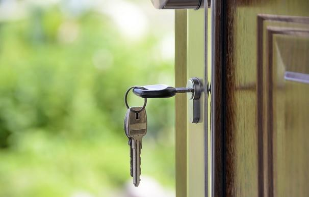 Fotografía de la puerta de una casa.