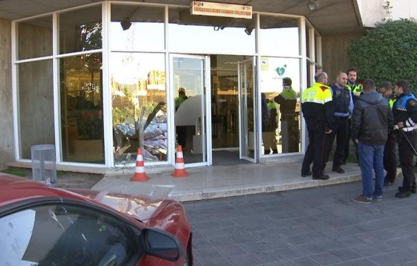 Un hombre estampa su coche contra la puerta del acceso principal de TV3