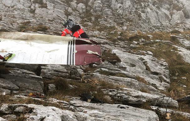 Fotografía facilitada por el Departamento Vasco de Seguridad. Los equipos de rescate han encontrado el cuerpo de uno de los tripulantes de la avioneta que se ha estrellado hoy en el monte Ernio