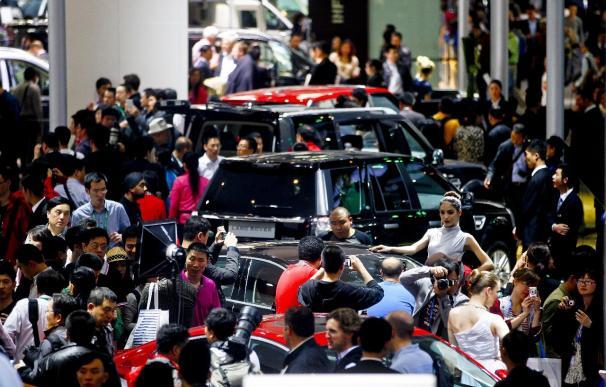 Cameron impulsa en Pekín una mayor presencia de coches británicos en China