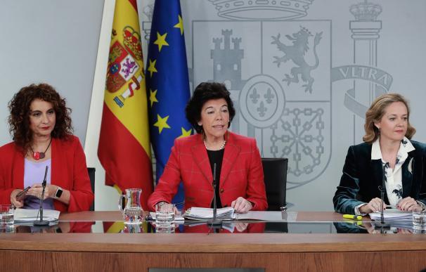 Isabel Celaá, María Jesús Montero y Nadia Calviño durante el Consejo de Ministros