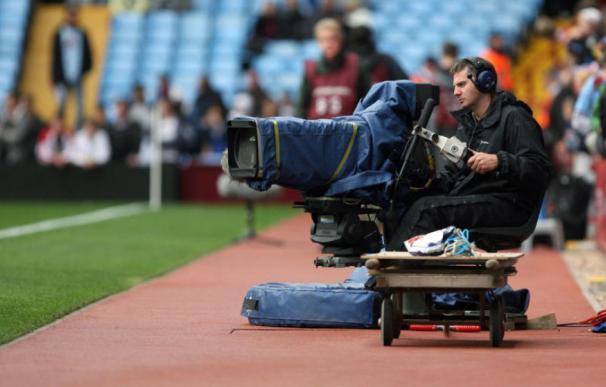 Un cámara de televisión, durante la retrasmisión de un partido de fútbol. (EFE)