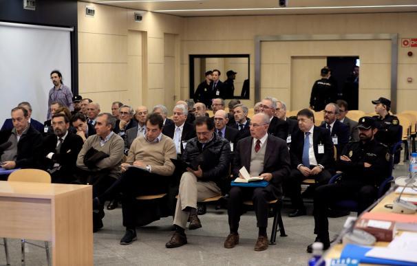 Rodrigo Rato junto al resto de acusados durante la primera sesión del juicio por la salida a Bolsa de Bankia
