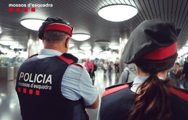Mossos patrullando el transporte público