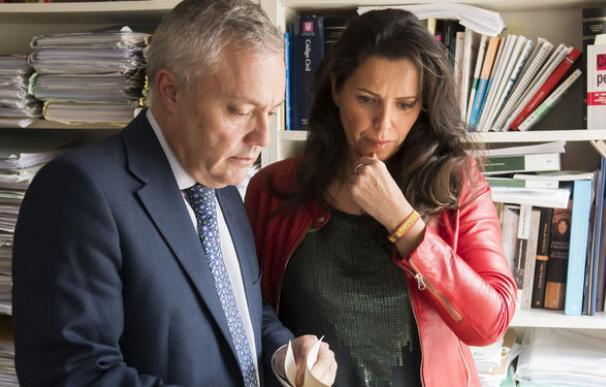 La sargento María Serrano junto a su abogado Fermín Vázquez / EFE