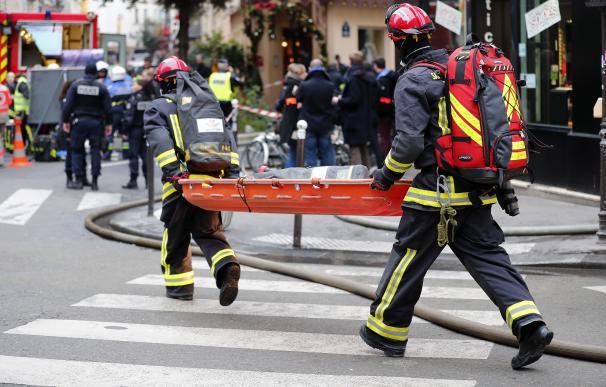 Bomberos y médicos se apresuran a la escena de la explosión en una panadería cerca de la Rue de Trevise en París (EFE)